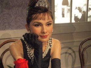 Dali byste si snídani u Tiffanyho s Audrey Hepburn? Bylo by jí devadesát